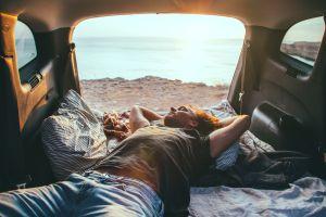 Esta es la ley de California que prohíbe dormir en el auto