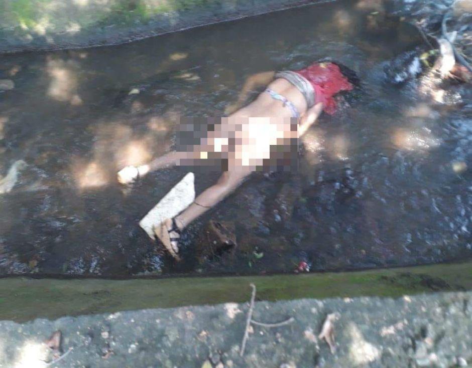 Sicarios del narco la matan y la dejan semidesnuda cerca de canal de aguas negras