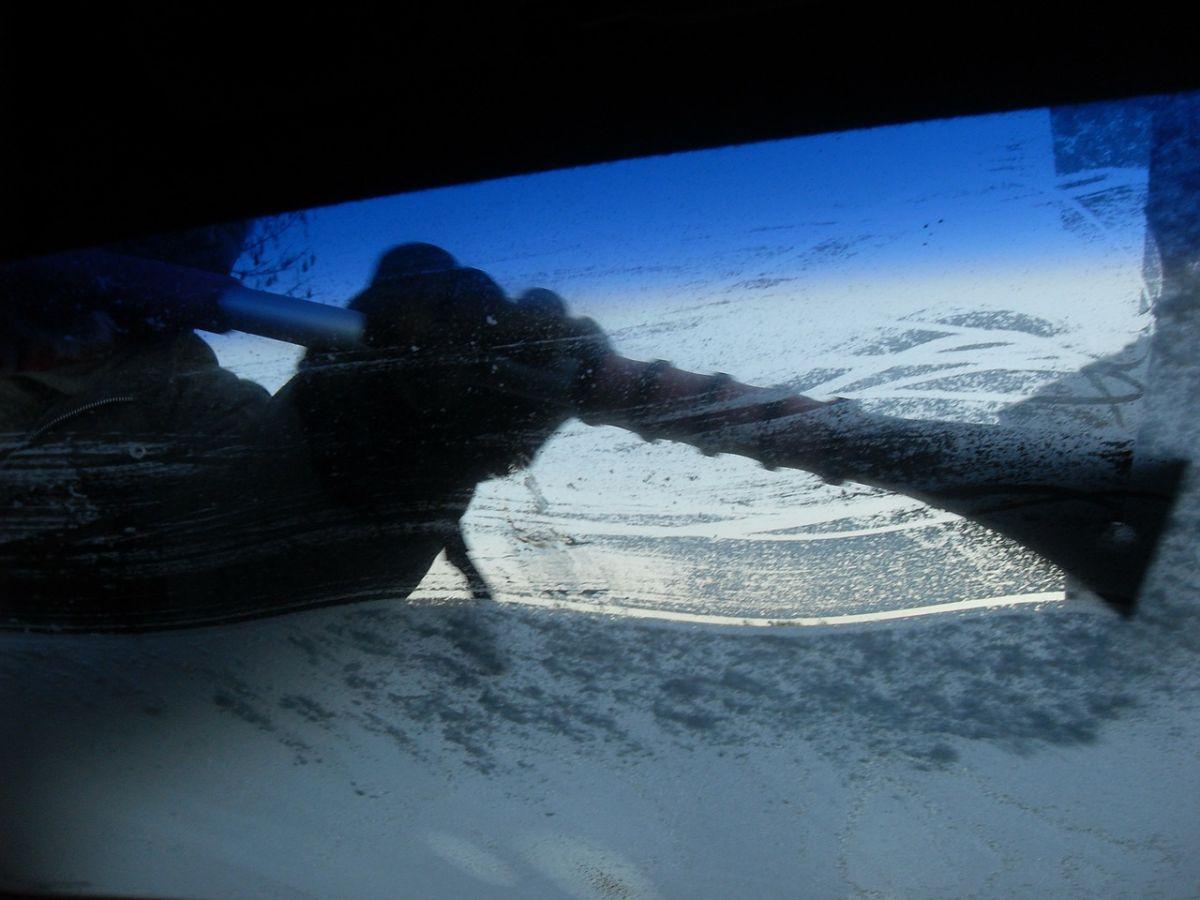 Cómo abrir la puerta de un auto cuando está congelada, sin romperlo