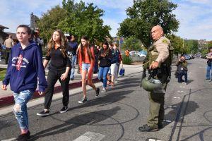 Joven llega armado a escuela y policía lo termina enfrentando a balazos