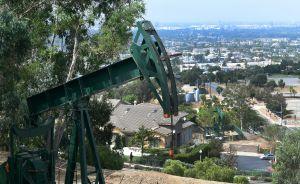 Los barrios pobres de LA están llenos de pozos de petróleo. ¿Cómo perjudican a sus residentes?