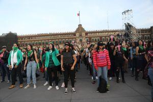 Las mujeres toman el zócalo de la Ciudad de México para acusar a sus violadores