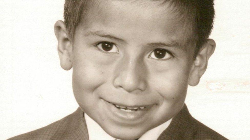 """""""Me lavaron la boca con jabón por hablar español en la escuela"""": las razones por las que muchos latinos no hablan español en EEUU"""