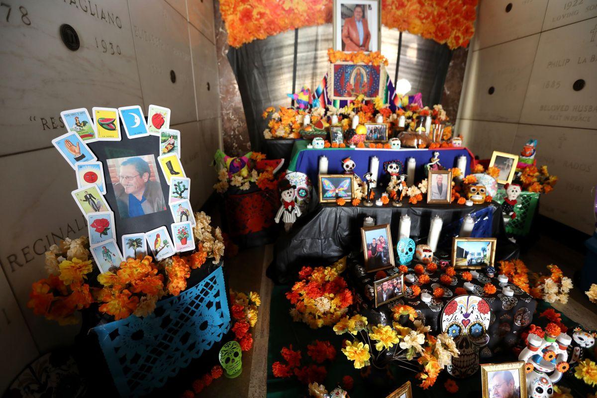 Instalan altar del Día de Muertos en el Downtown de Los Ángeles para honrar a fallecidos del 2020