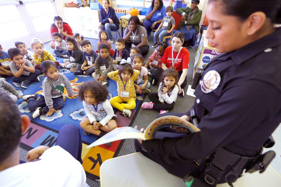 Estudiantes de preescolar son motivados a leer en todo el mundo