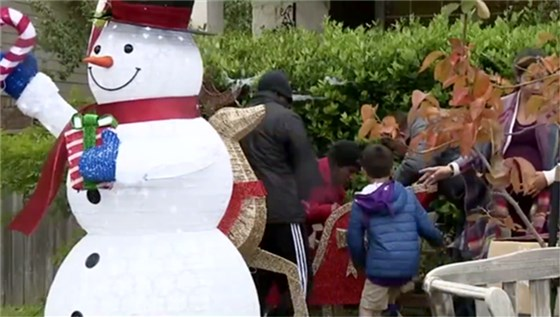 Obligan a familia de Texas a retirar decoraciones navideñas