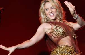 Cuando Shakira se pone intensa arriba del escenario, hasta rompe su camisa y se queda en sostén