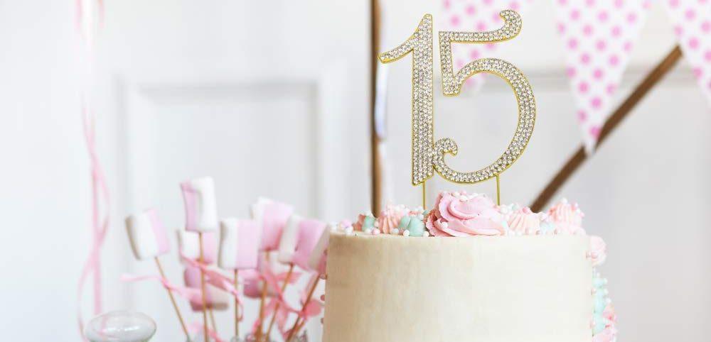 ¿Qué elementos se deben incluir en una fiesta de Quince años?