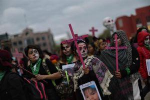 """""""Catrinas"""" marchan en la Ciudad de México para exigir alto a feminicidios"""