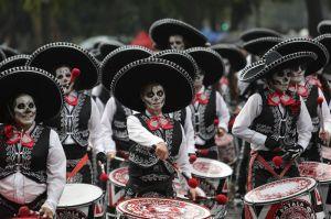 Mexicanos celebran el Día de Muertos con desfile en la Ciudad de México