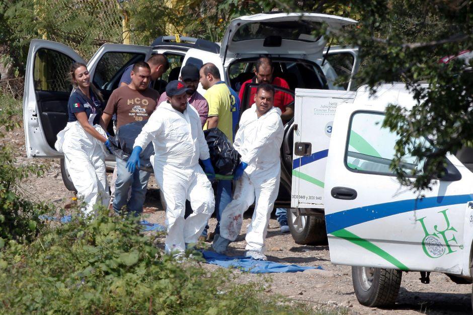 Sicarios siembran terror en carretera de Michoacán, torturan y matan a tres sujetos