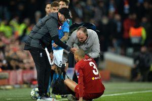 'Chucky' lesiona a rival en el empate del Napoli y Liverpool