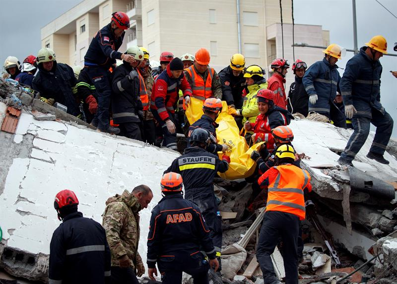 Suman 40 muertos tras terremoto en Albania