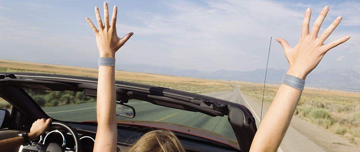 5 estilos de brazaletes para aliviar los mareos durante un viaje en auto, avión o barco