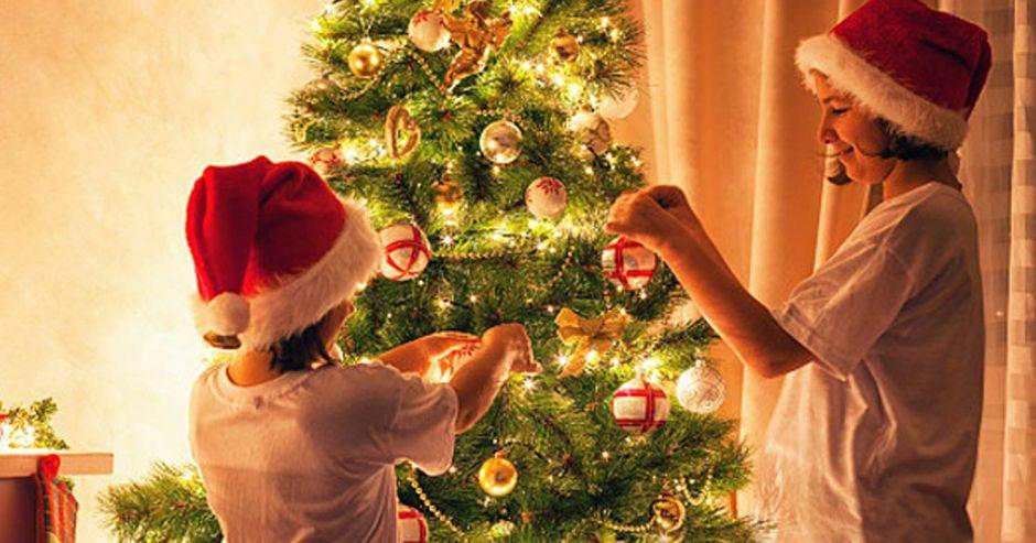 6 opciones de luces de navidad por menos de $30 para usar por toda la casa y el árbol