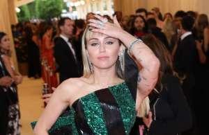 Con sugestiva pose y en sensual body negro, Miley Cyrus da otro avance de su gran regreso