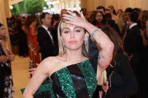 Miley Cyrus deja ver su microtanga y parte de su busto en una sensual selfie
