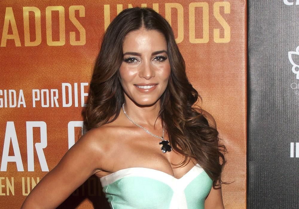 Sin ropa interior, Adriana Fonseca luce un vestido pegado con aberturas laterales