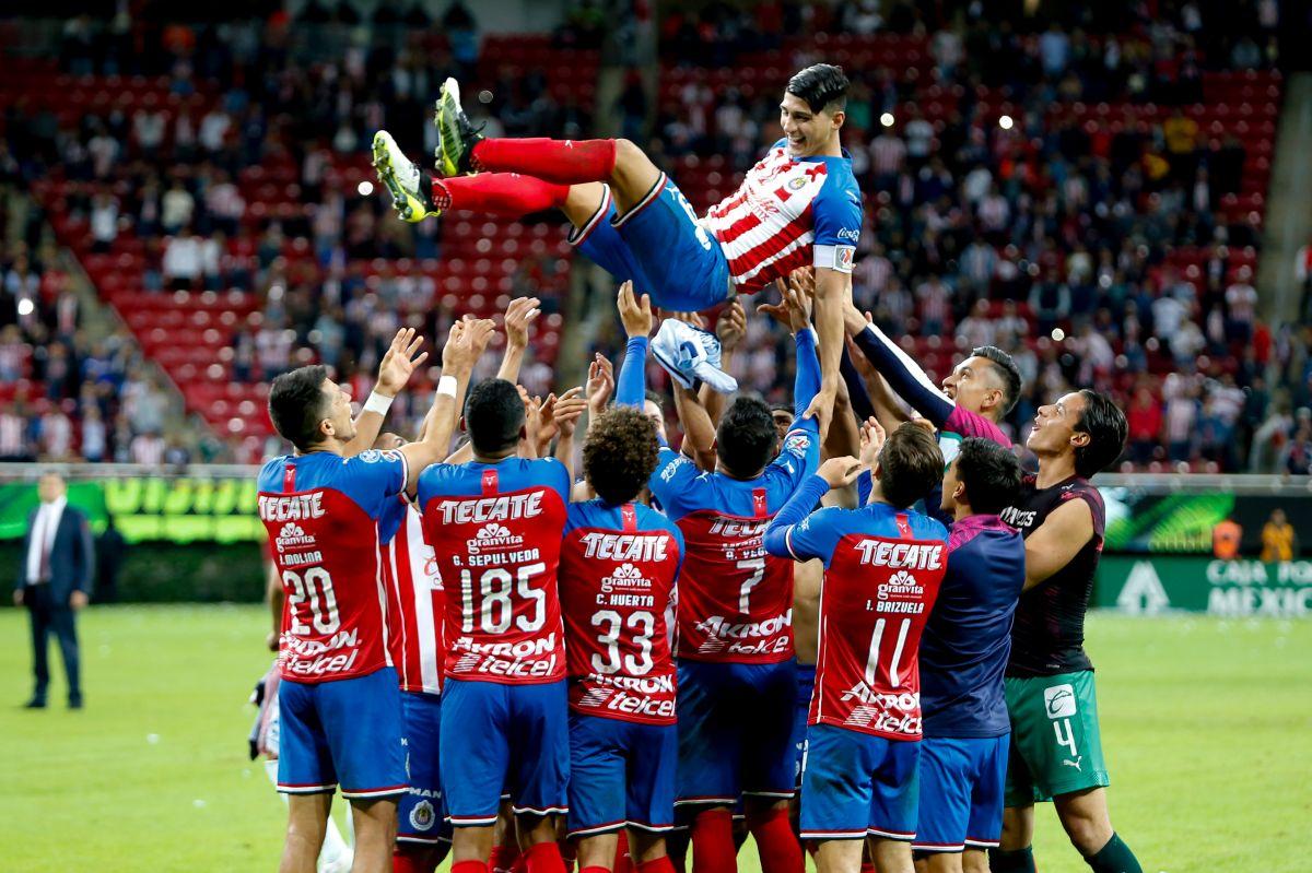 Tarjeta Roja: Chivas celebrando el título de goleo de Alan Pulido es lo más patético del torneo