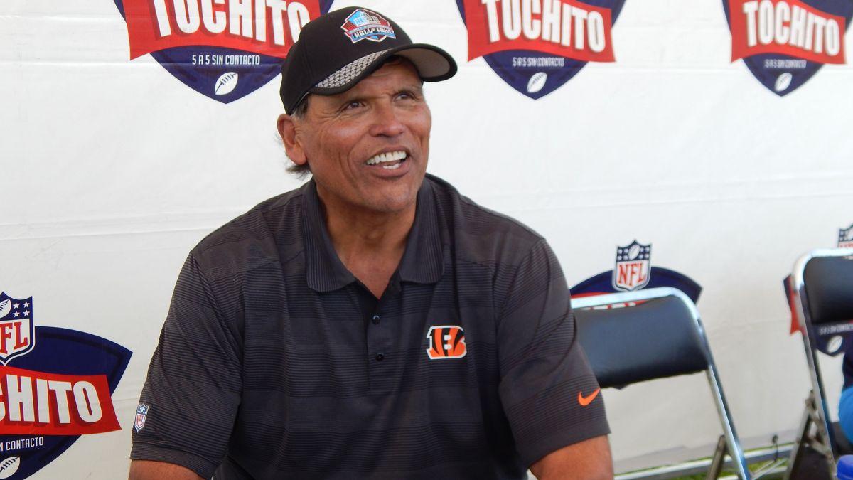 La leyenda de la NFL Anthony Muñoz convive con niños mexicanos