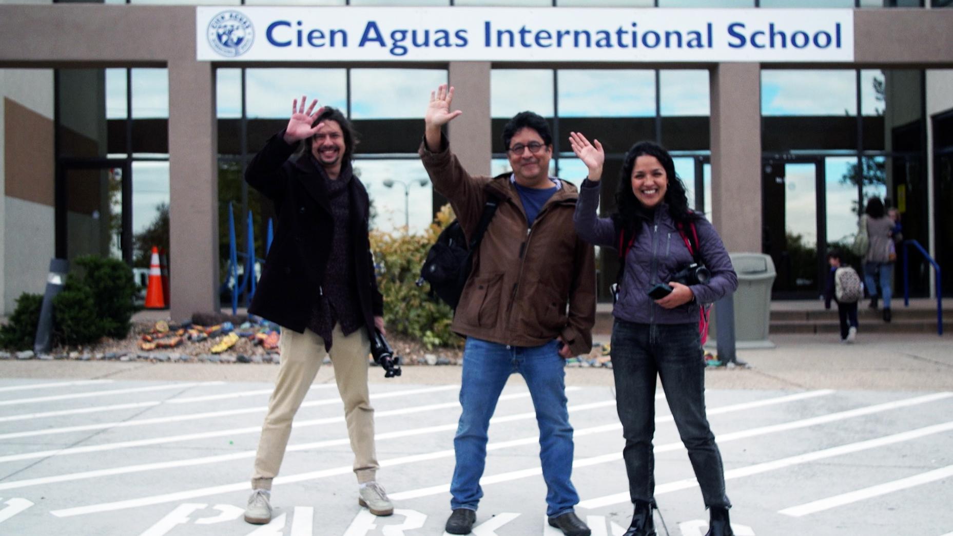 Tres de los cuatro periodistas de ¿Hablas español? se despedían del colegio bilingüe de Albuquerque, Nuevo México.