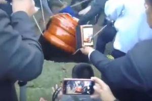 Empleados de funeraria dejan caer cadáver de alcalde peruano en pleno entierro