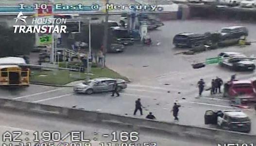 Video: Joven de 15 años en camioneta robada choca contra un autobús escolar durante persecución policial