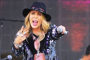 ¡Desastre! Burlas y críticas a Belinda por tributo a Selena en Premios de la Radio