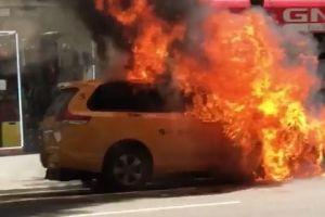 Taxi se incendió con 2 personas adentro en plena calle de Nueva York
