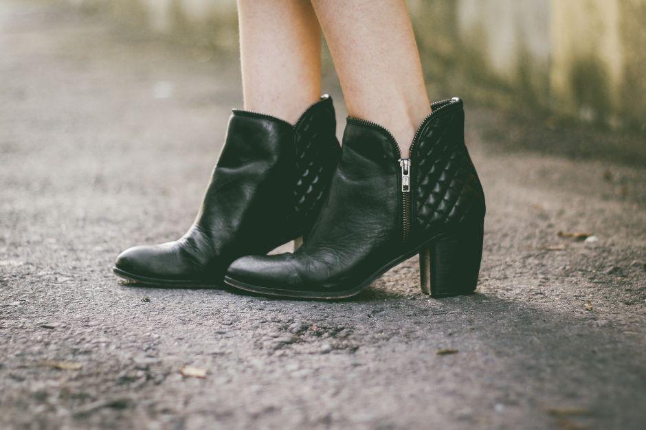 6 estilos de botas negras de mujer para ir al trabajo por menos de $50