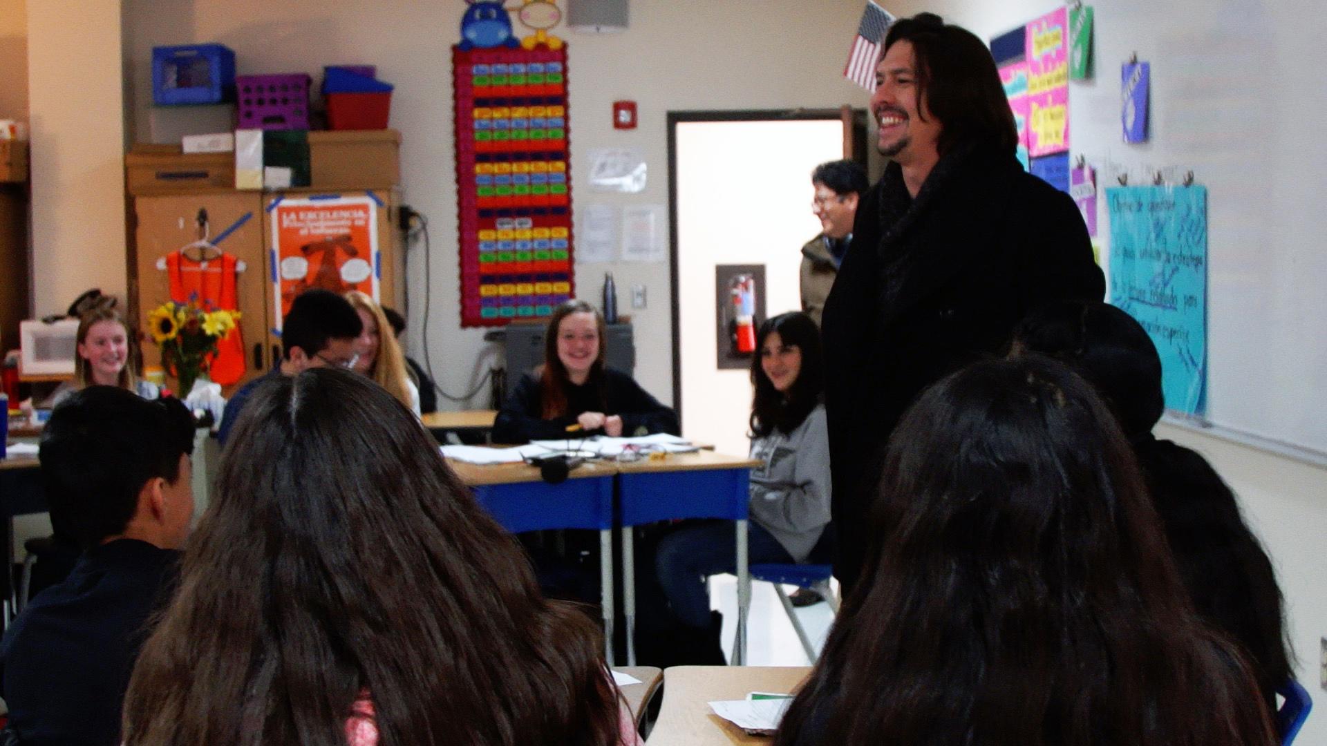 El equipo de '¿Hablas español?' interactúa con estudiantes de colegio bilingüe de Nuevo México.