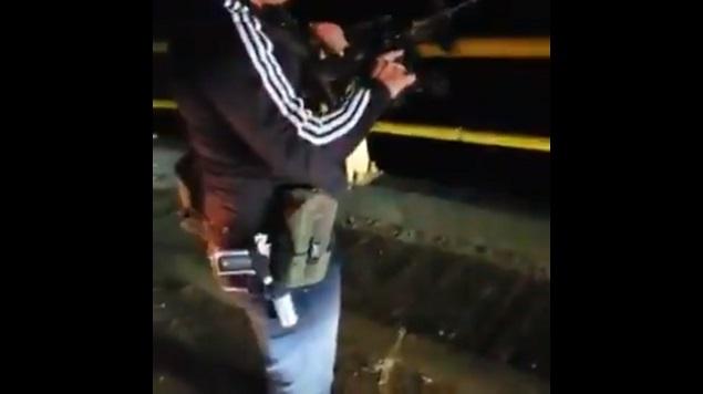 VIDEO: sicarios cártel de Sinaloa provoca pánico, coloca retén y disparan al aire