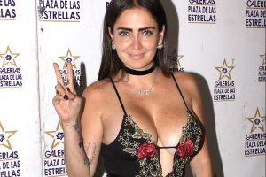 Celia Lora se muestra en tanga y en topless junto al mar