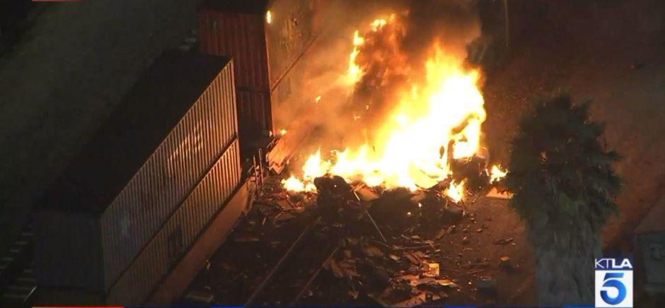 Choque de tren Metrolink con un vehículo en Santa Fe Springs provoca incendio