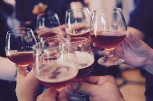 Florida suspende el consumo de alcohol en los bares ante el gran aumento de casos