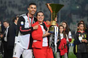 """La Madre de Cristiano acusa a la """"mafia del fútbol"""" que su hijo no gane el Balón de Oro"""