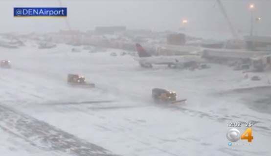 Nieve llena las pistas de aterrizaje en el Aeropuerto Internacional de Denver, en Colorado.