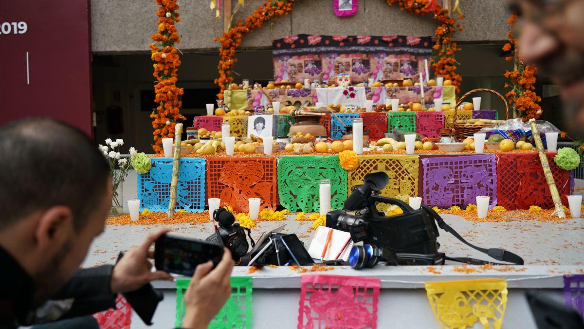 Un altar por los periodistas caídos es colocado en Tijuana