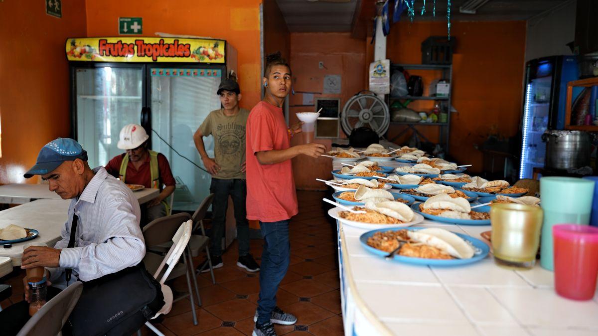 La cocina del lugar empieza a funcionar desde las 7:00 a.m. para alimentar a los inmigrantes. / fotos: Manuel Ocaño.