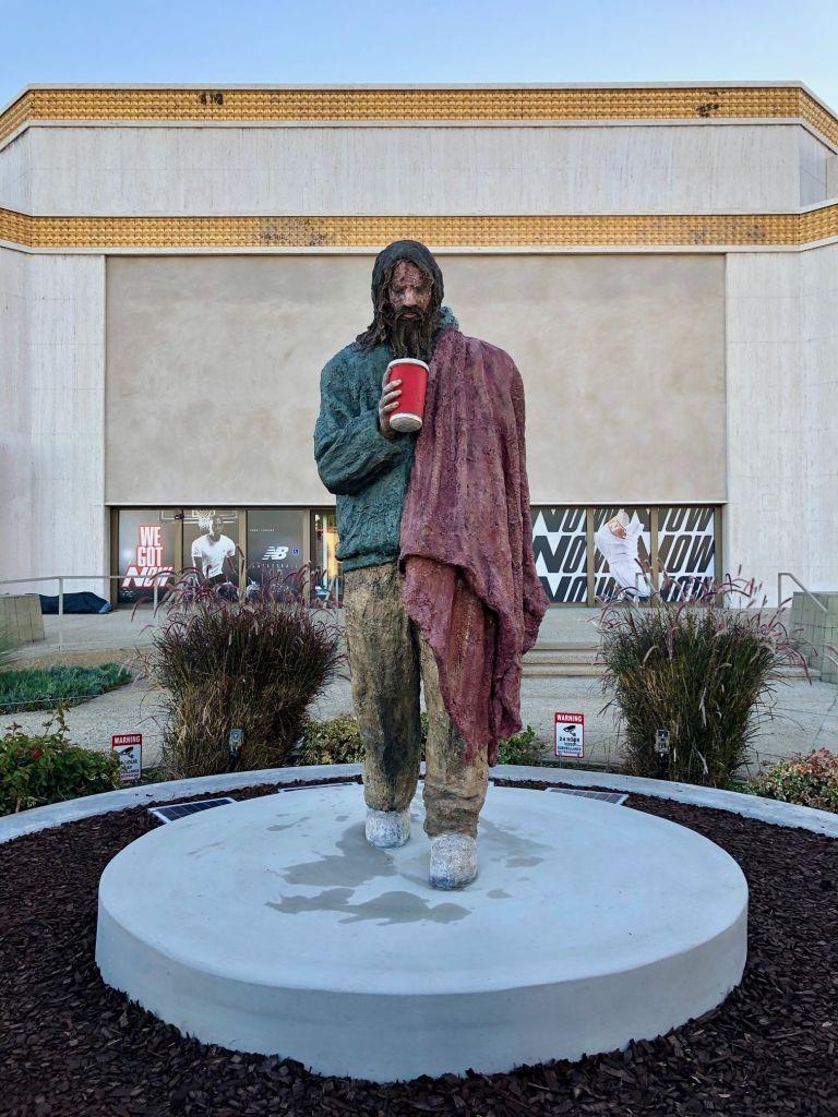 Monumental escultura de un 'homeless' en Santa Mónica desata polémica