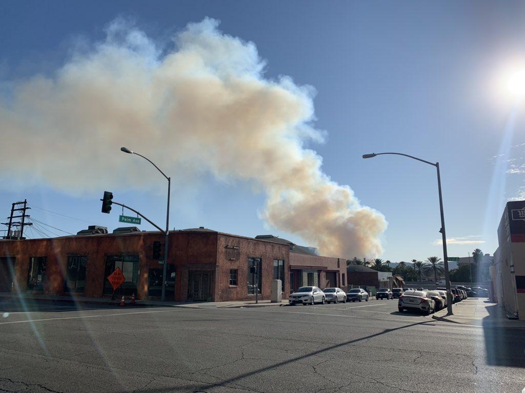 El humo del incendio Barham visto desde Burbank.