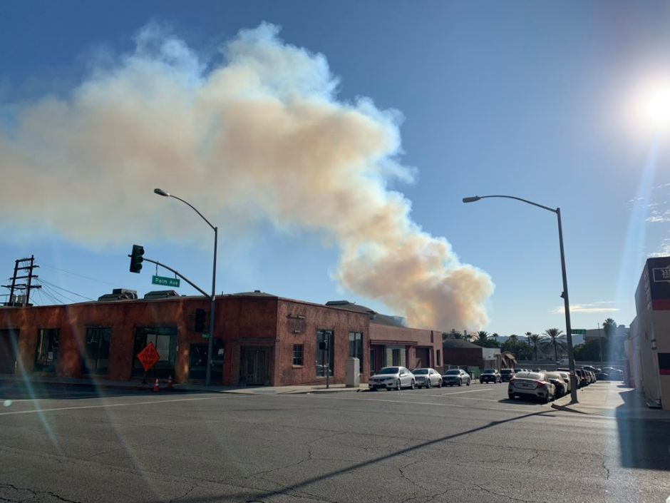 Bomberos luchan contra el incendio Barham en Hollywood Hills