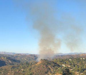 Bomberos de Los Ángeles sofocan un incendio en Topanga Canyon