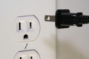 Cómo reparar tu mismo un toma de corriente cuando los enchufes quedan flojos