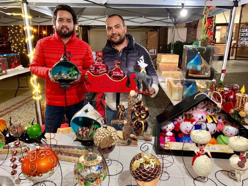 Esferas navideñas de Puebla deslumbran con sus diseños en LA
