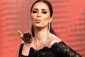 Cynthia Rodríguez se cae en la pasarela televisiva de Venga La Alegría