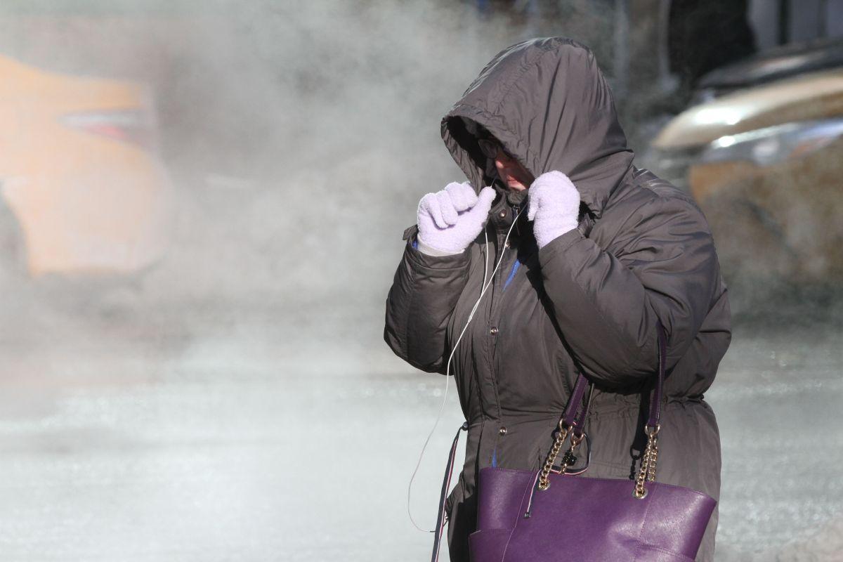 Una mujer se cubre del frío en Nueva York.