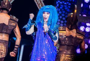 Cher saca a la luz los secretos de sus atuendos más icónicos