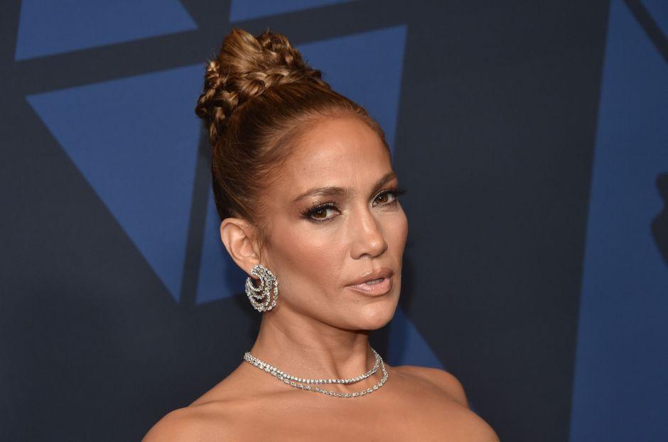 En sexys atuendos de piel, Jennifer Lopez es proclamada ícono del año