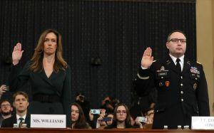 """Coronel y asesora de Pence confirman petición de Trump a Ucrania; demócratas persiguen """"soborno"""""""